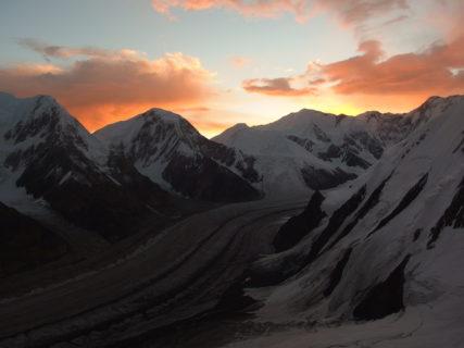 中央アジア カザフスタン/キルギス 天山山脈 ハンテングリ7010m