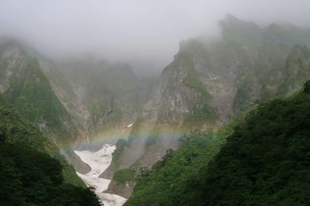 一ノ倉沢にかかる虹からの子持山獅子岩